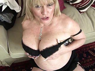 हॉट ब्रिटिश मां महान स्तन और Masturbates चलता