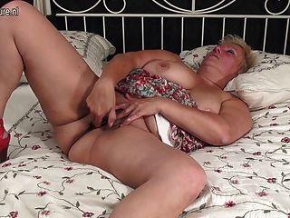 लूट गधा और खिलौना के साथ सेक्सी दादी
