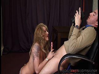 बड़े boobed टैटू ब्रिटिश अभिनेता Ely गुलाबी एक डिक खाती