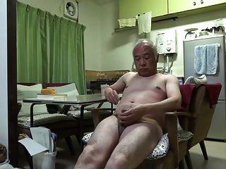 जापानी बूढ़े आदमी अच्छी भावनाओं आदमी भी निप्पल को छू