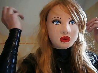 गोरा विग के साथ नकाबपोश लेटेक्स गुड़िया