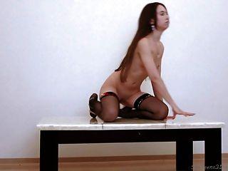 शरारती एक मेज पर उजागर किशोर