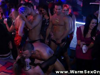 नंगा नाच पर कामुक पार्टी sluts गड़बड़