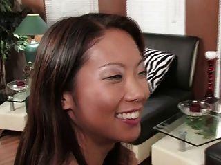भव्य श्यामला और सेक्सी एशियाई शेयर एक डबल dildo (एचडी)