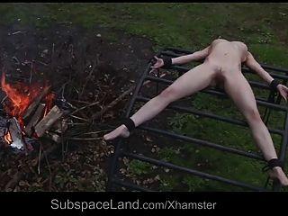 स्कीनी असहाय गुलाम उसके मालिक द्वारा बाहर का शोषण
