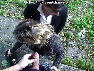 सुनहरे बालों वाली लड़की जंगल में blowjob करता है