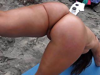 सेक्सी milf समुद्र तट पर हमें उसे उपहार भी पता चलता है