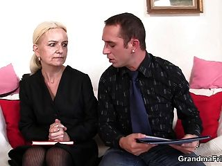 नौकरी के साक्षात्कार के त्रिगुट की ओर जाता है