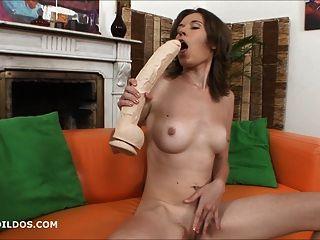 लूसी दो बड़े क्रूर dildos के साथ खेलता है