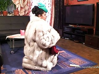 सुरुचिपूर्ण फर वेश्या कमबख्त और मोज़ा में एक मुर्गा चूसने