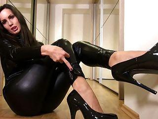 चमकदार काले रंग की Catsuit में सेक्सी बेब