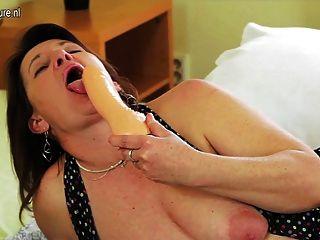 विस्तृत और गहरी योनि के साथ गांठदार मां
