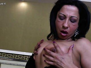 बड़ा काला रबर मुर्गा के साथ परिपक्व अरब माँ
