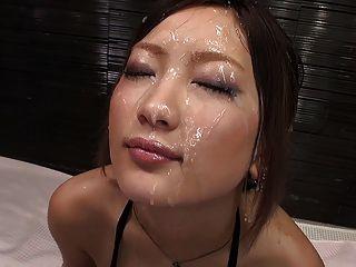 मासूम लग रही एशियाई Bukkake