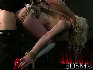 बीडीएसएम XXX टैटू गुलामों को निलंबित कर दिया और सह करने के लिए बना रहे हैं