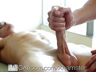 gayroom कामुक मालिश गर्म सेक्स में बदल जाता है