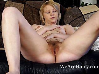 danniella सोफे पर उसके बालों बिल्ली के साथ खेलता है