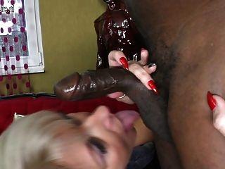 पॉश परिपक्व माँ बड़ा काला मुर्गा लेता है