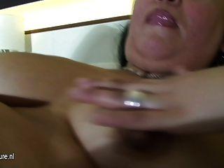 परिपक्व फूहड़ माँ एक dildo के साथ उसके बिस्तर पर खेल
