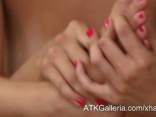 सेक्सी Alannah मुनरो उसके पैरों के साथ खाती है