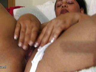 बड़े chunky लैटिन माँ एक रबर dildo सवारी