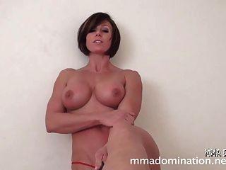 पेशी सेक्सी लड़की बनाम guy- footfetish humillation