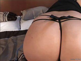 उसके बड़े स्तन के साथ बिस्तर में गोरा यूरोपीय एमआईएलए प्लेइंग