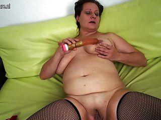 बड़ी saggy स्तन के साथ शौकिया परिपक्व माँ