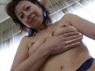 पतली परिपक्व माँ अपने मुर्गा का सपना देख