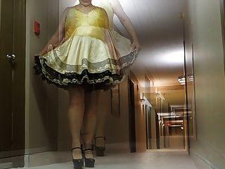 बहिन पोशाक और सेक्सी हील्स में होटल गलियारे में बहिन रे
