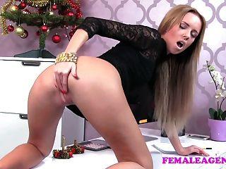 FemaleAgent बुरा सांता एक महान कास्टिंग पैर काम हो जाता है