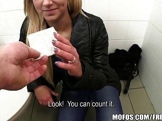 Mofos - गर्म सार्वजनिक बाथरूम पिक