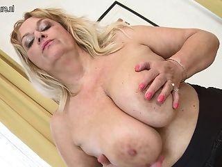 बड़े स्तन और भूखा बिल्ली के साथ परिपक्व माँ