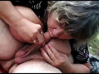 शरारती किशोरों की आउटडोर सेक्स के साथ पुराने जोड़े