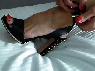 जीवनानंद पत्नी एक पार्टी रात के लिए जूते पर डालता है!
