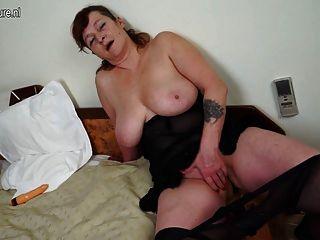 बड़े स्तन और बड़ा खिलौना के साथ दादी