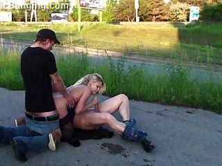 सुनहरे बालों वाली लड़की भाग 4 के साथ चरम सार्वजनिक नंगा नाच