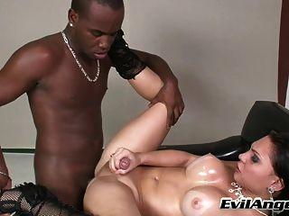 गर्म किन्नर चूसा और काले आदमी द्वारा गड़बड़