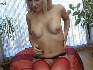 सेक्सी milf गर्म शरीर से पता चलता है और dildo मज़ा है