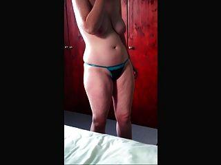 जी स्ट्रिंग पर डालने और भारी स्तन दिखावा!