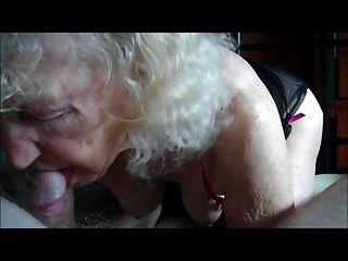 दादी एक पुराने डिक पर काम कर रहे ...