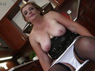 saggy स्तन के साथ गंदा दादी काले dildo सवारी