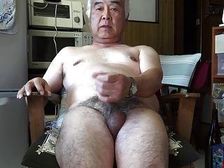 रसोई घर में जापानी बूढ़े आदमी हस्तमैथुन स्खलन