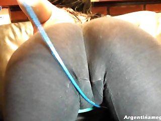 गहरी cameltoe महिला, बिल्ली होंठ के बीच एक प्लग के साथ खेल रहा है