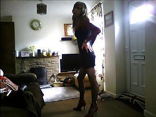 सेक्सी काली पोशाक में crossdresser