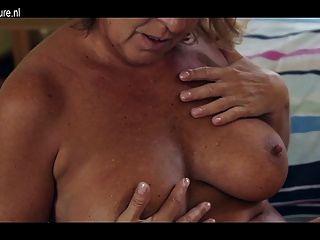 शरीर को गर्म और भूख योनी के साथ शौकिया दादी