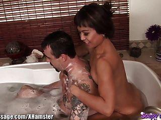 एशियाई मालिश करनेवाली स्नान और blowjob