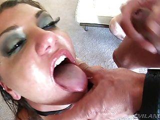 Cassandra चेहरे गड़बड़ और गर्म सह द्वारा चमकता हुआ है