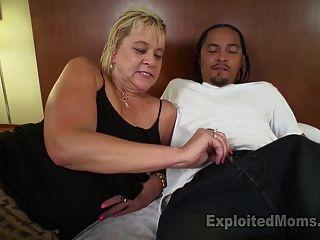 Slutty गोरा दादी गंदा बात से चालू हो जाता है