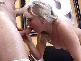 परिपक्व माँ युवा प्रेमी के साथ गुदा सेक्स हो जाता है